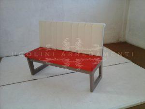 Panca di campionatura in legno laccato tortora e sedile e schienale imbottiti e rivestiti in ecopelle