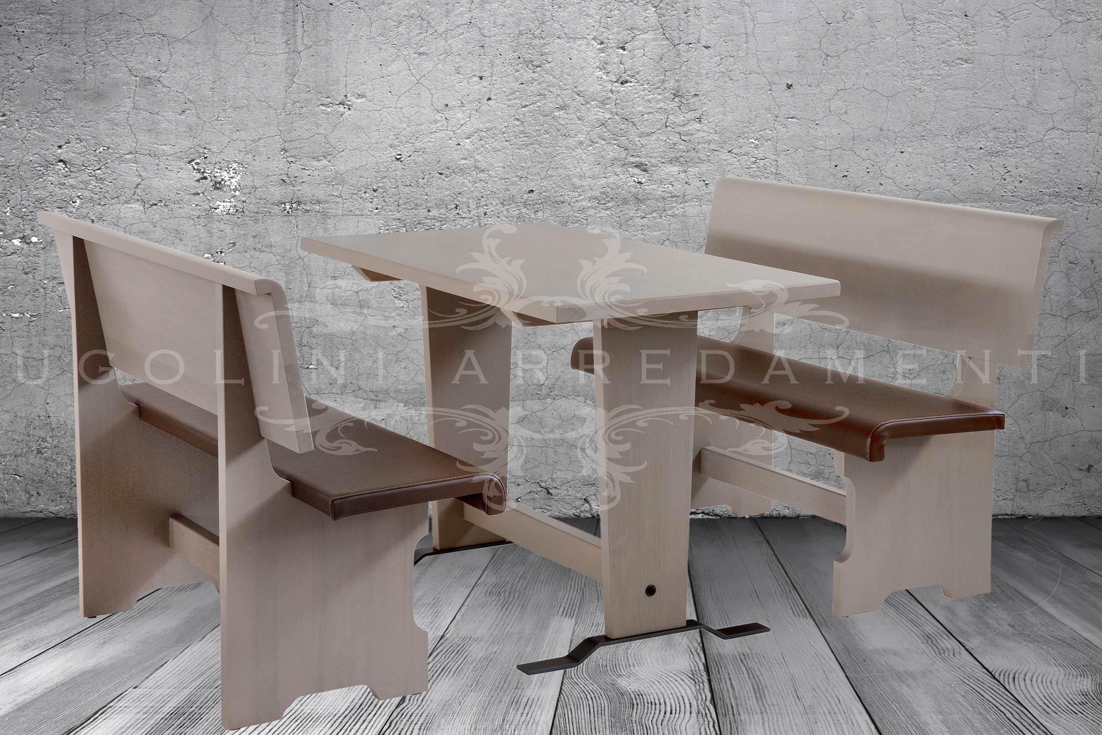 Set tavolo e panche in tulipier massello con verniciatura in anilina tortora. Sedile rivestito in ecopelle e piedini in metallo.