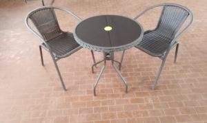 Set tavolo e sedie da giardino usate in metallo e polipropilene