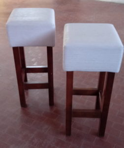 Sgabelli alti usati gambe in legno e seduta ecopelle bianca